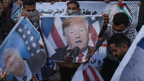 """VIDEO. Donald Trump annonce un """"plan pour la paix"""" au Moyen-Orient, la Palestine se soulève"""