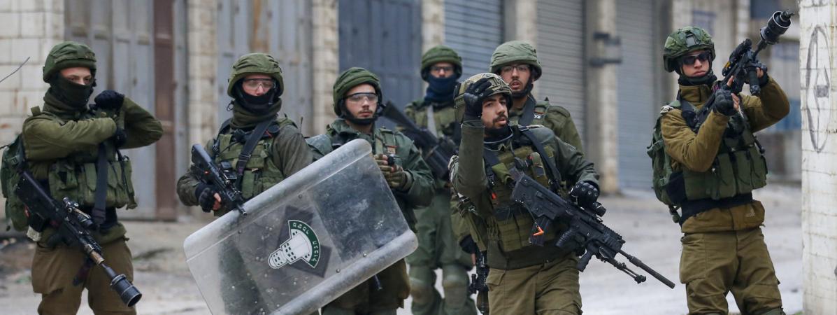 """Des militaires israéliens tirent des gaz lacrymogènes lors d\'une manifestation de Palestiniens contre le \""""plan pour la paix\"""" américain, le 29 janvier 2020, dans un camp de réfugiés situé entre les villes cisjordaniennes d\'Hébron et de Bethléem."""