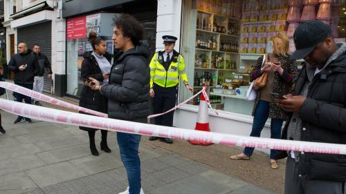 """DIRECT. Londres : un homme abattu après avoir poignardé deux personnes, les autorités évoquent un acte """"terroriste"""" de """"nature islamiste"""""""