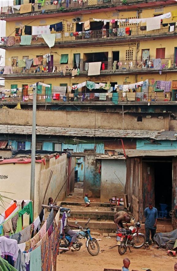 Un immeuble à Abidjan, juin 2000.