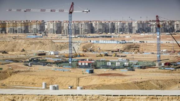 Construction du district financier (au premier plan) et d'un complexe résidentiel (à l'arrière-plan) dans la nouvelle capitale administrative égyptienne, à quelque 50km à l'est du Caire, le 8mars 2019.