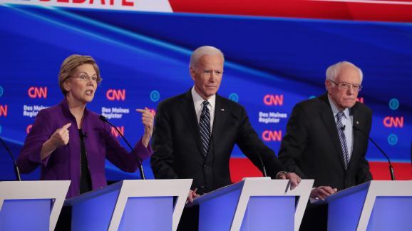 Elizabeth Warren, Joe Biden et Bernie Sanders lors d\'un débat pour les primaires du Parti démocrate, le 14 janvier 2020, à Des Moines (Iowa, Etats-Unis).