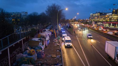 Le dernier campement de migrants du nord-est de Paris en cours d'évacuation par les forces de l'ordre