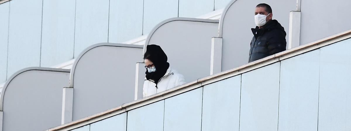 Des passagers sur les balcons du bateau de croisière Diamond Princess placé en quarantaine au large de Yokohama près de Tokyo au Japon, le 10 février 2020 (photo d'illustration).