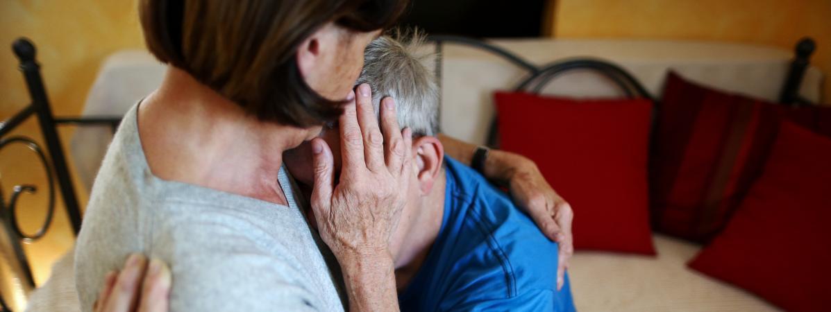 Une assistante sexuelle embrasse un homme qui souffre d'un handicap mental et physique àLimbach, en Allemagne, le 27 août 2014.