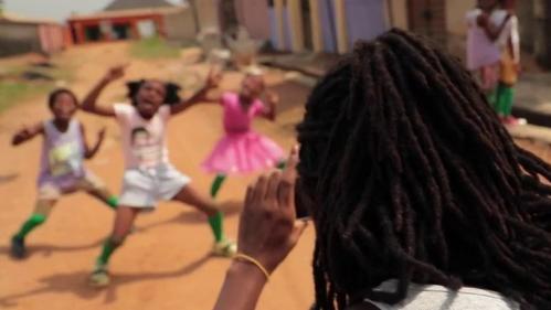Au Nigeria, une jeune femme fait danser et chanter des enfants des rues et les rend célèbres dans le monde entier