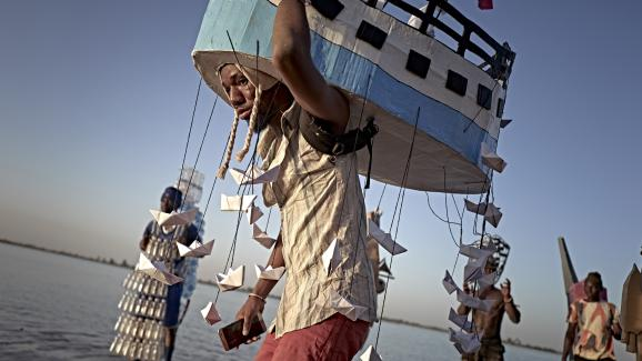 """Sortie des masques lors du \""""Ségou Art Festival\"""" sur les rives du fleuve Niger au Mali. La tradition culturelle des marionnettes tente de résister aux menaces jihadistes. Photo prise le 8 février 2020 à Ségou."""