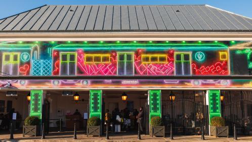 Le muralist Straker rend hommage aux enseignes lumineuses avec ses trompe-l'oeil fluorescents à la Vallée Village