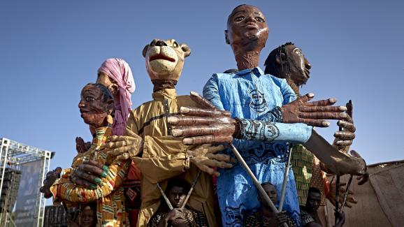 """Sortie des masques lors du \"""" Ségou Art Festival\"""" sur les rives du fleuve Niger au Mali. La tradition culturelle des marionnettes tente de résister aux menaces jihadistes. Ségou, le 8 février 2020."""