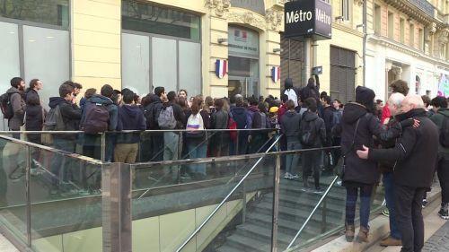 Marseille : rassemblement de soutien pour un lycéen en garde à vue depuis lundi, après un blocage contre la réforme du bac
