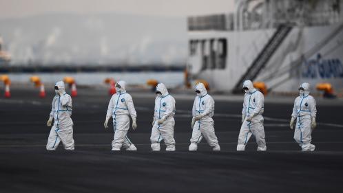 """Covid-19 : le débarquement des passagers du """"Diamond Princess"""" fait polémique"""