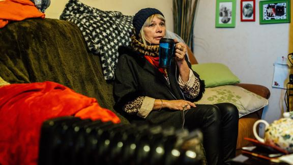 Fabienne Delquignie boit une décoction d\'orties dans son appartement d\'Uzerche (Corrèze), le 14 janvier 2020.