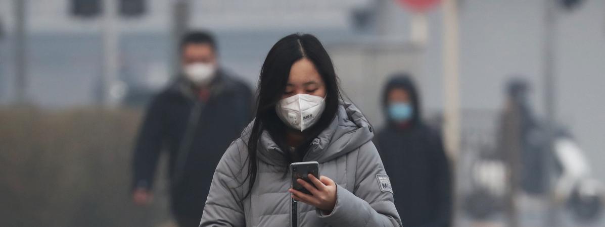 Une femme portant un masque, dans une rue de Pékin (Chine), le 13 février 2020.