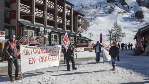 Tractage, fermetures partielles des domaines... Des saisonniers des stations de ski protestent contre la réforme de l'assurance-chômage