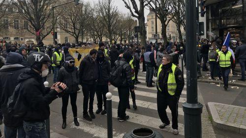 """""""Gilets jaunes"""" : sept interpellations après des échauffourées lors d'une manifestation non autorisée à Rennes"""