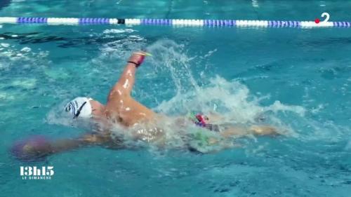 """VIDEO. """"Au moment de ma maladie, je haïssais mon corps. Aujourd'hui, je vis ma vie à 100%"""" : Théo, champion de natation amputé des mains et des pieds à six ans"""