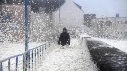 Tempête Dennis : environ 45 000 foyers privés d'électricité dans le quart nord-ouest de la France, selon Enedis