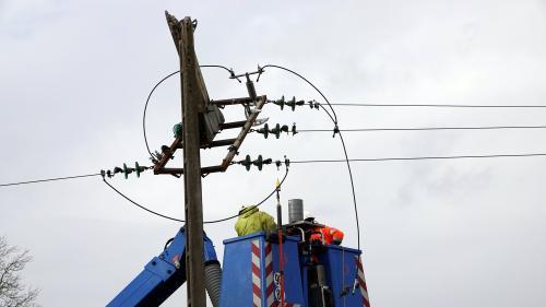 Tempête Dennis : 9500 foyers privés d'électricité en Bretagne et dans le Pas-de-Calais