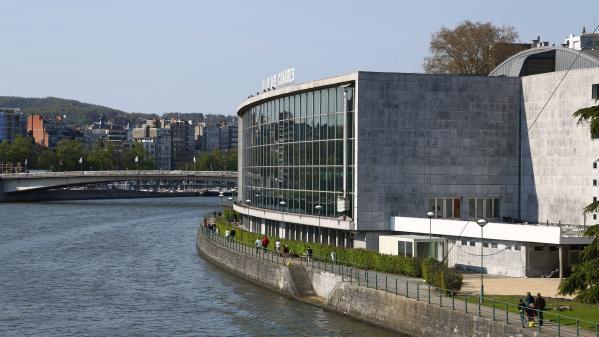 """Tempête Dennis : le vent transforme le palais des congrès de Liège en """"palais des con"""""""