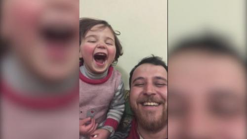"""VIDEO. """"Quand la bombe arrivera, nous en rirons"""" : en Syrie, un papa invente un jeu avec sa fille lors des bombardements"""