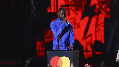 """Brit Awards : """"Notre Premier ministre est un vrai raciste"""", assène le rappeur Dave couronné du """"meilleur album britannique de l'année"""""""