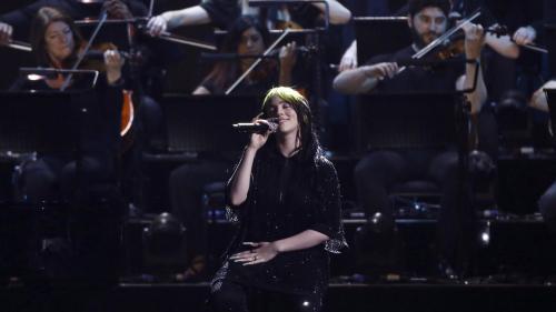 """Billie Eilish aux Brit Awards : regardez sa première interprétation bouleversante de """"No Time To Die"""", le générique du prochain James Bond"""