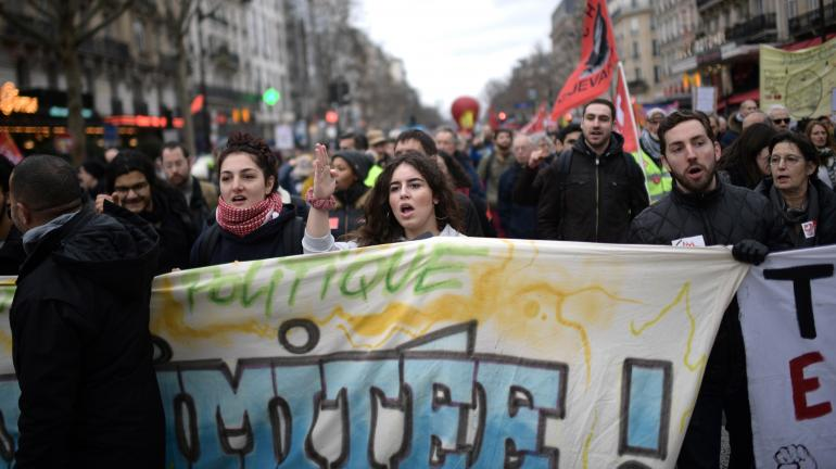 Des personnes manifestent lors d\'une dixième journée de mobilisation interprofessionnelle contre la réforme des retraites à Paris, le 20 février 2020.