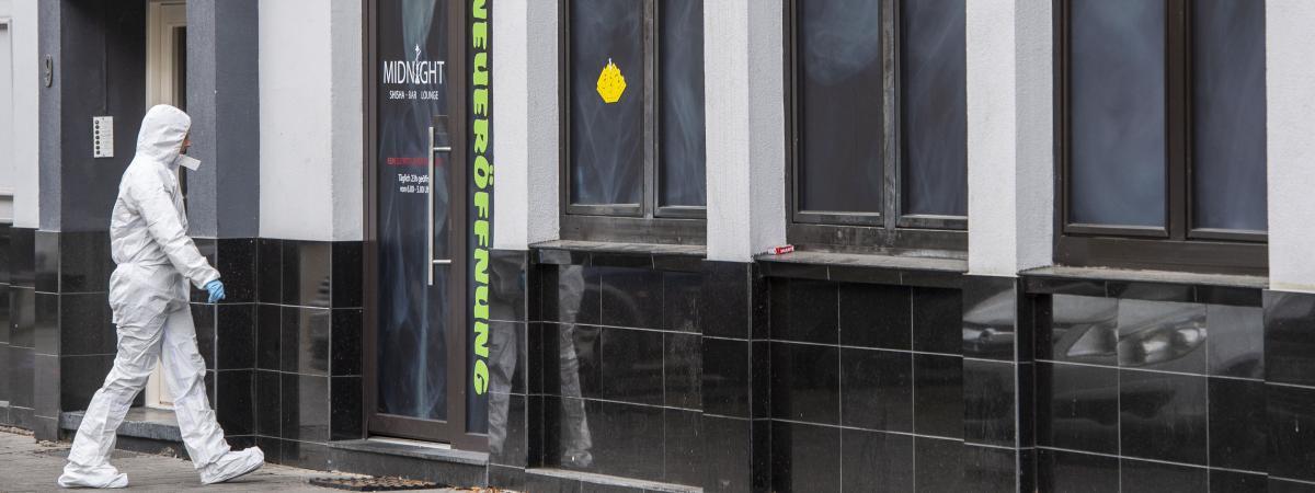 Un officier de police scientifique devant un bar où a eu lieu une fusillade dans le centre de Hanau, près de Francfort-sur-le-Main, en Allemagne, le 20 février 2020.