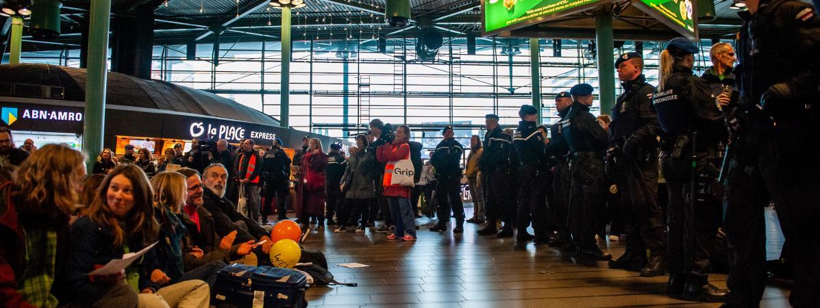 Des militants écologistes participent à une action dans l\'aéroport de Schipol, à Amsterdam (Pays-Bas), le 14 décembre 2019.