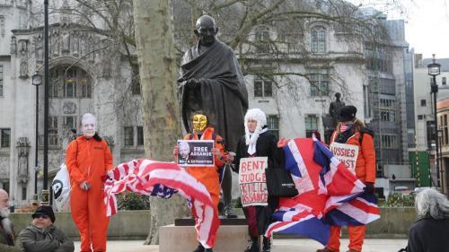 """""""N'extradez pas Assange"""": les soutiens de Julian Assange manifestent à Londres"""