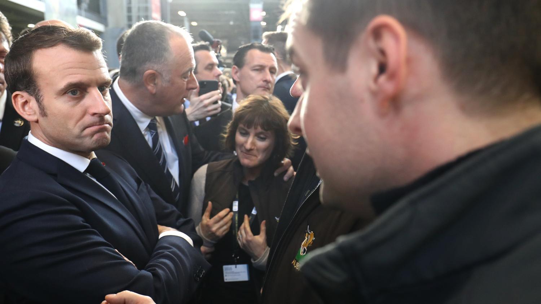 """VIDEO. Interpellé au Salon de l'agriculture, Emmanuel Macron promet de recevoir des """"gilets jaunes"""""""