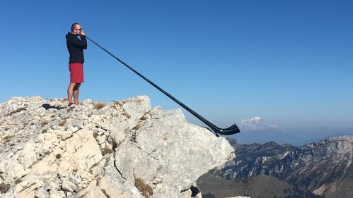 """""""Chaque montagne a droit à sa musique !"""" : la performance sportive et musicale d'Alexandre Jous, virtuose du cor des Alpes"""