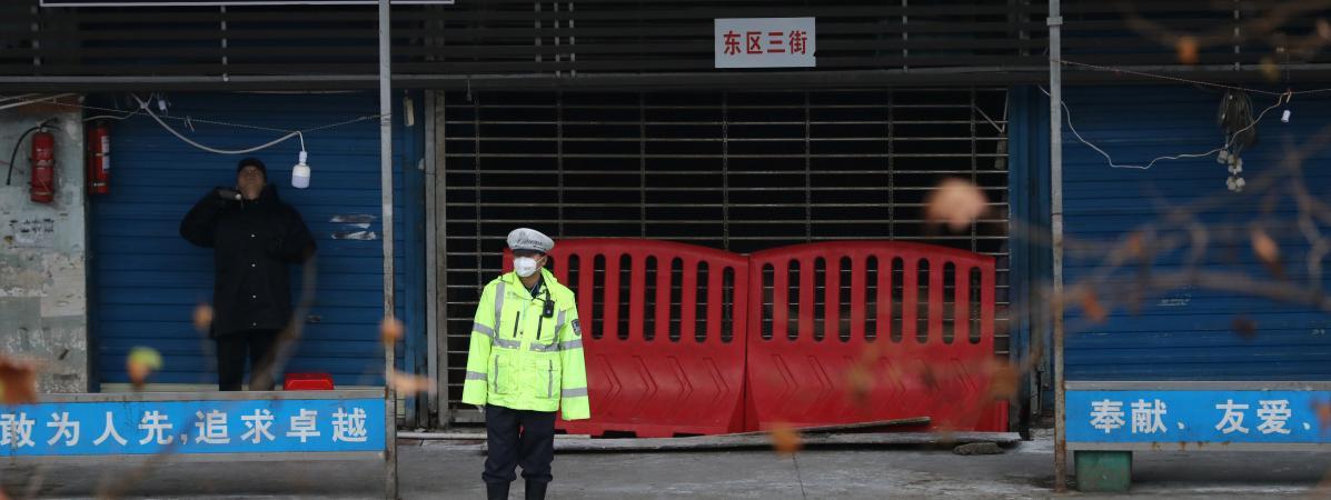 Un policier devant le marché aux poissons fermé de Wuhan (Chine), le 10 janvier 2020.