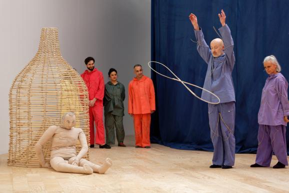 """Vue de l\'exposition d\'Ulla von Brandenburg, \""""Le Milieu est bleu\"""", au Palais de Tokyo (21 février - 17 mai 2020)."""