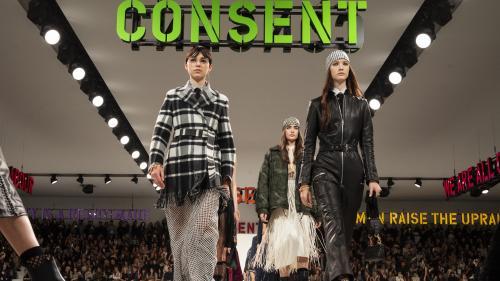 """""""Nous sommes toutes clitoridiennes"""" : à la Fashion Week hiver 2020-21, Maria Grazia Chiuri pour Dior s'attaque aux stéréotypes patriarcaux"""