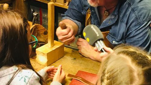 Mômes trotteurs. Visite chez un maître artisan bourrelier en Haute-Savoie