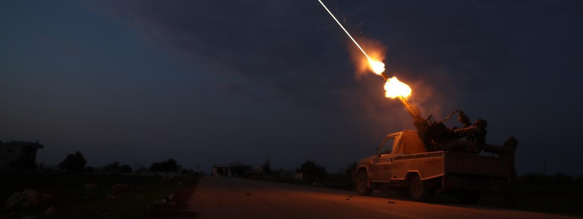 Des rebelles syrienssoutenus par les Turcs tirent des missile anti-aériens, le 24 février 2020, dans la province d\'Idleb.