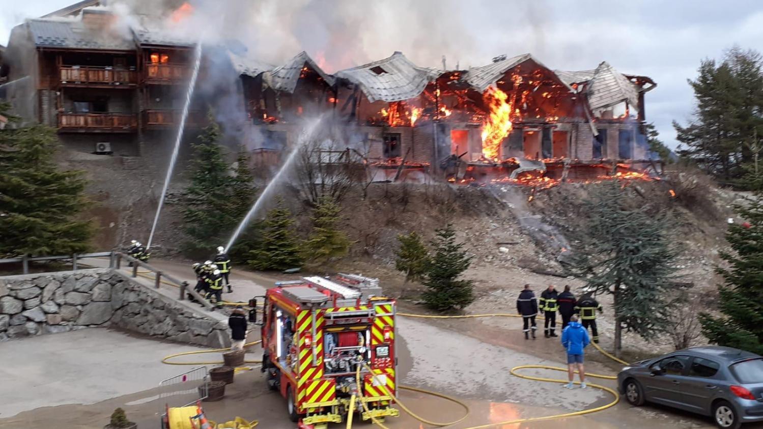 Alpes-Maritimes : violent incendie dans une station de ski, une vingtaine de personnes évacuées