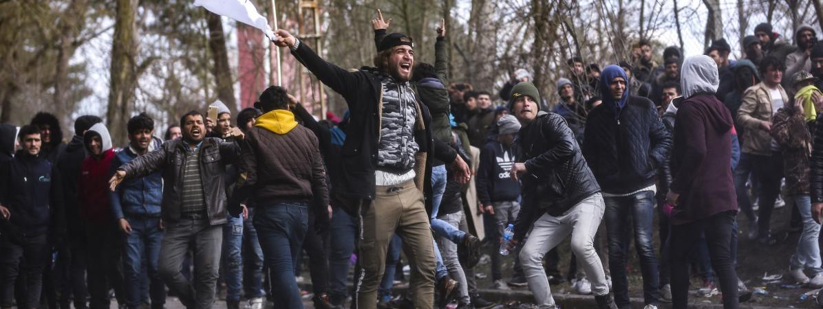 Des migrants à la frontière grecque, près d\'Edirne (Turquie), dimanche 1er mars 2020.