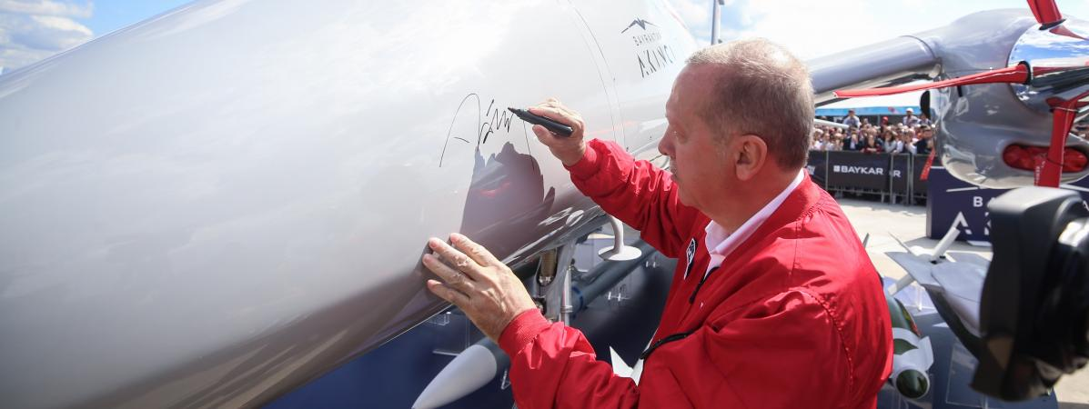 Le président turc Recep Tayyip Erdogan signe un drone Bayraktar, en septembre 2019.