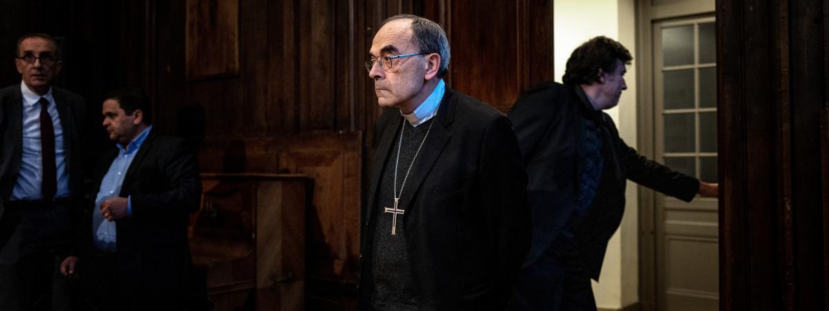 Le cardinal Philippe Barbarin arrive à une conférence de presse au diocèse de Lyon, le 30 janvier 2020, après sa relaxe.
