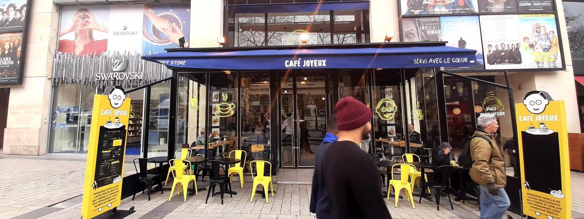 Le dernier Café joyeux a ouvert ses portes sur les Champs-Élysées, à Paris.