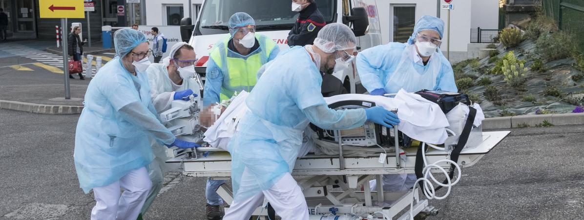 Des soignants s\'affairent pour évacuer un patient de l\'hôpital Emile Muller de Mulhouse, pour le transférer vers un autre établissement.
