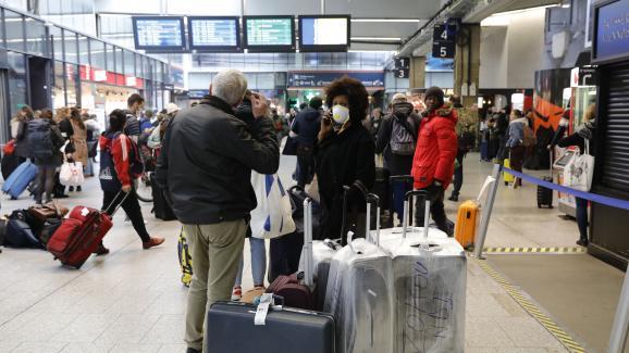 La gare Montparnasse à Paris prise d\'assaut le 17 mars au matin, avant que les mesures de confinement pour cause de coronavirus ne s\'appliquent.