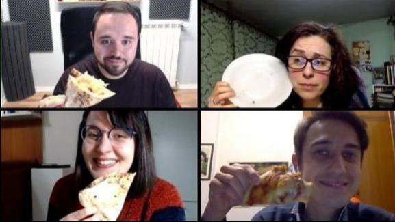 En plein confinement total, des Italiens partagent une pizza sur Skype.