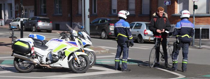 Une dizaine de policiers de Lille contrôlent, mercredi 18 mars, le respect des obligation de confinement pour prévenir le coronavirus.. Piétons, vélos et conducteurs de voitures doivent présenter l\'attestation justifiant leur sortie extérieure.
