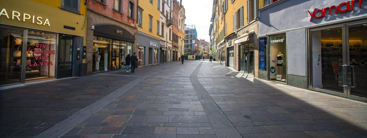 Unerue quasi déserte à Bergame (Italie), le 10 mars 2020.