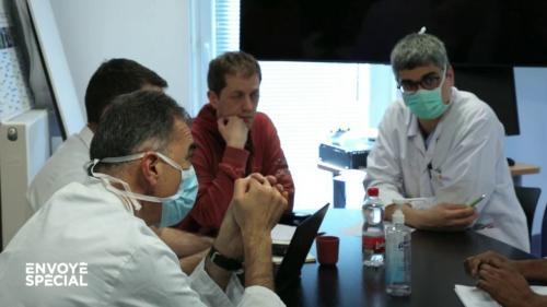"""VIDEO. """"Donner la meilleure chance à chacun dans un système qui est saturé"""" : les médecins face à la question du tri entre les malades du coronavirus"""