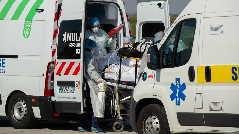Coronavirus: un médecin dénonce les transferts de patients en France