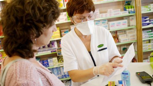 """Coronavirus : les masques livrés en pharmacie """"ne sont pas des FFP2"""" affirme le président de la Fédération des Syndicats Pharmaceutiques de France, qui dénonce un """"scandale"""""""